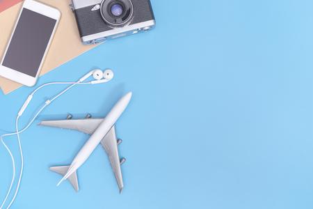 Avion et objets de voyage sur bleu espace de copie pour l & # 39 ; affiche Banque d'images - 91761414