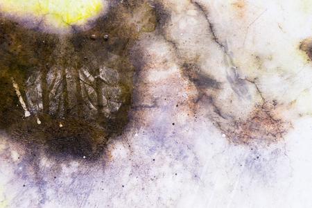 Natte olietextuur op gebarsten cementvloer Stockfoto