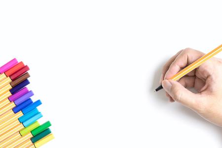 Kleur pennen marker met hand schrijven op witte geïsoleerde achtergrond