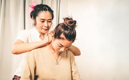 Vrouw krijgt nekmassage in Thai Massage Spa