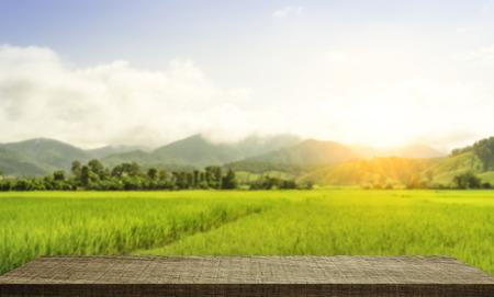 水田の背景を持つ空の木製棚ディスプレイ