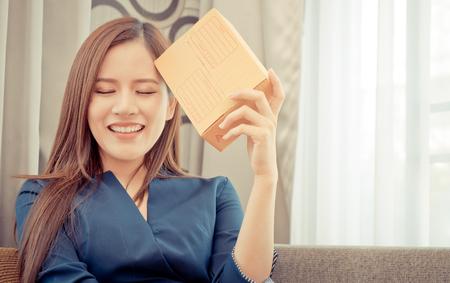 Funny Start up propietario de un negocio femenino de tienda en línea con el paquete en la cabeza Foto de archivo - 94672494