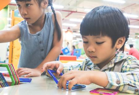 子供たちは学校で教育用のおもちゃで遊んでいます