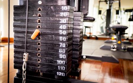 피트니스 체육관 훈련 기계에 금속 무게 스택 스톡 콘텐츠