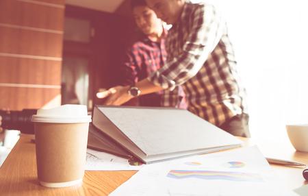 Start um den Einzelhandel , der Sitzung mit Kaffee und Papier auf Vordergrund arbeiten Standard-Bild - 99319080