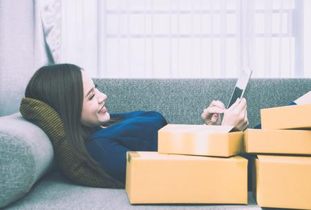 아시아 소녀는 온라인 쇼핑에 추가됩니다. 스톡 콘텐츠 - 99299765