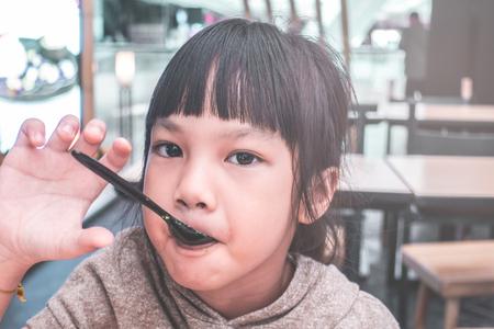 Asian girl eating Japanese green tea matcha ice cream Foto de archivo - 106461601