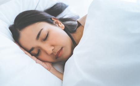 Retrato de mujer asiática durmiendo en una cama matutina Foto de archivo