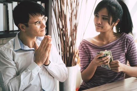 Povero marito che prega la moglie per soldi