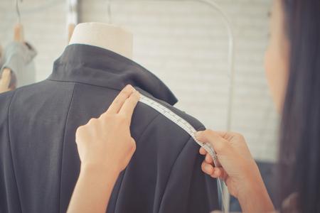 Fashion Designer hand is measuring shoulder with measuring tape Banque d'images