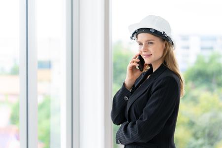 Ingenieurin ruft im Bürogebäude an