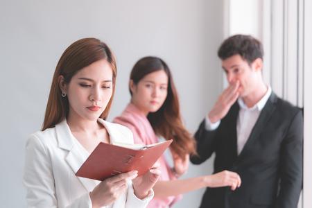 Berufstätige Frau nimmt Klatsch von Mitarbeiter