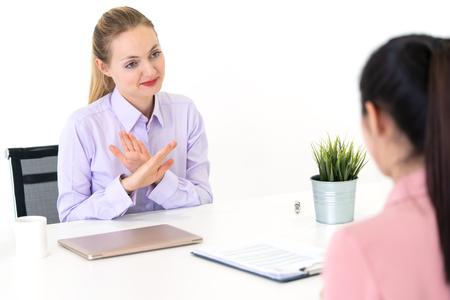 Frau wurde von HR Officer von ihrem Jobinterview abgelehnt Standard-Bild