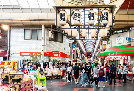 Osaka, Japan - May 28, 2018: A Classic Fish Market of Kuromon, the famous market in Namba district. Imagens - 107120889