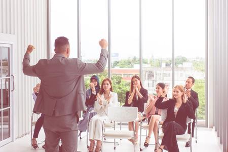 Gerente de negocios fuerte que brinda una conferencia poderosa
