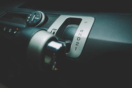 Main sur le passage de la vitesse automatique de la voiture à Low Drive 1