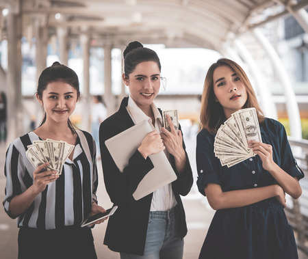 Business women is making cash online on laptop 版權商用圖片 - 108649967