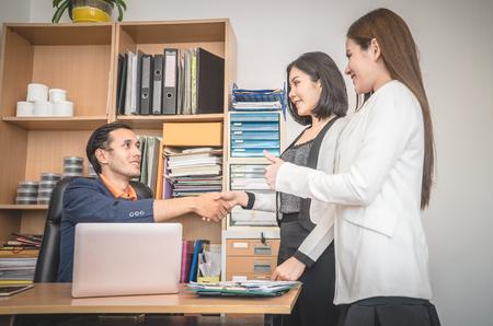 Uomini d'affari con stretta di mano di introduzione con il partner