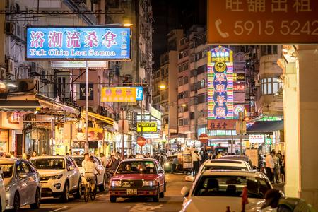 Hong Kong, Hong Kong - 16. Oktober 2018: Menschen reisen in Temple Street Market Kowloon Editorial