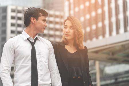 Büro Liebhaber Paar geht zusammen in einem modernen Stadtbahnhof Standard-Bild