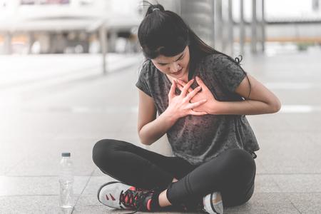 Esercizio donna che ha un attacco di cuore