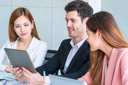 Drei Business-Team diskutiert geschäftlich in Teammeeting Standard-Bild