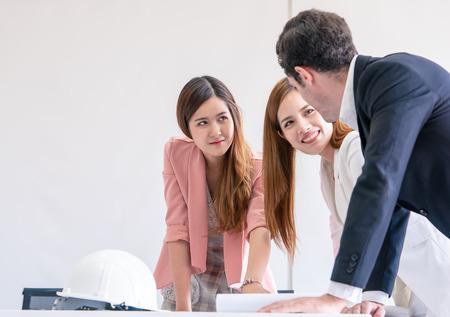 La società di costruzioni sta facendo brainstorming durante l'incontro con la carta