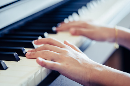 Kid Hand playing Music keyboard for music concept Foto de archivo - 118952889
