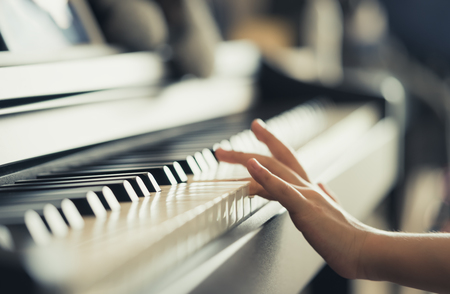 Kid Hand playing Music keyboard for music concept Foto de archivo - 118952890