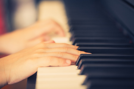 Child Hand playing Music keyboard selective focus Foto de archivo - 121064224