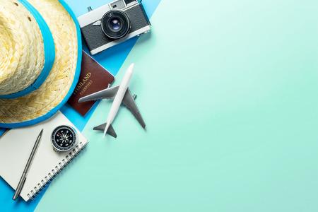 Accessoires de voyage d'été sur l'espace de copie de fond bleu sarcelle