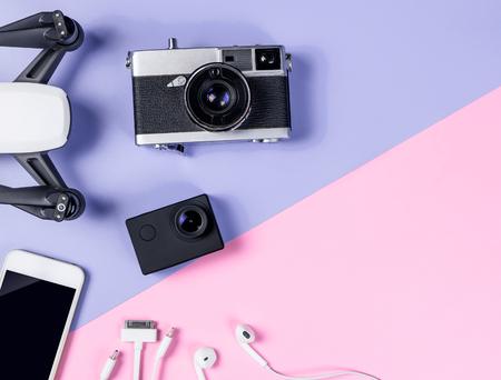 Hi tech gadżet podróżny i akcesoria na fioletowej i różowej przestrzeni kopii