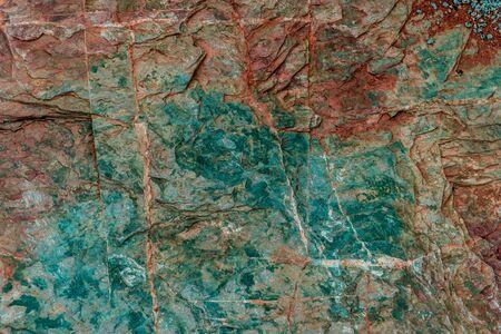 Geología colorida de la textura de la roca verde y roja para el diseño de la textura y del fondo.