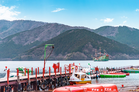 Hakone, Japan: March 26, 2019: People are traveling on Boats and Ship in Ashi Lake, Hakone. Redactioneel