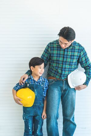 Builder father is Stading next to his son for family connection concept. Imagens