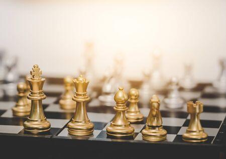 Jeu de société d'échecs d'or pour la planification d'entreprise pour le concept de stratégie d'entreprise Banque d'images