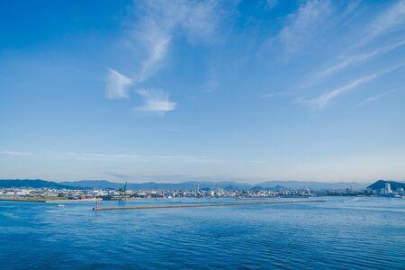 Widok na zatokę Takamatsu i miasto podczas zachodu słońca.