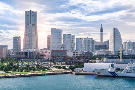 横浜市の超高層ビル遊覧所観覧館観覧車と港の眺め、現代日本のビジネス都市のスカイラインの背景コンセプト。
