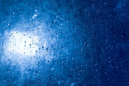 er: Rain drops er on the window in the back light.
