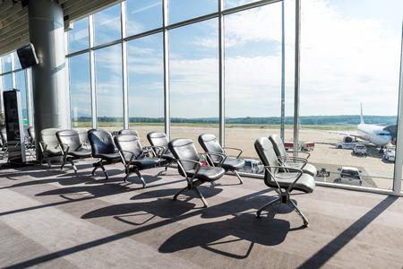 the seat: sala de embarque en el aeropuerto Foto de archivo