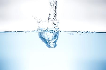 agua purificada: Onda de agua azul y las burbujas al agua potable. Foto de archivo