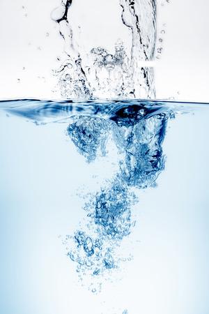 Onda de agua azul y las burbujas al agua potable. Foto de archivo - 41639369