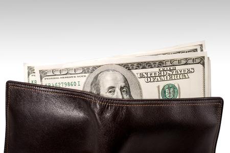 show bill: Concepto de pago, tomar el dinero de la cartera en el fondo blanco tutor