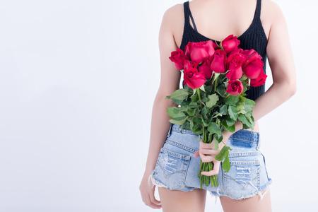 mujer con rosas: Rosa roja flor de mujer armas en el fondo blanco