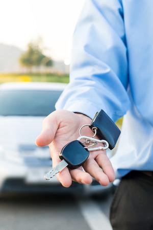 Autosleutels. Verkoper hand die sleutels