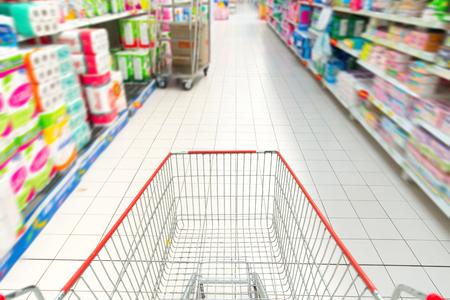 supermercado: carrito de la compra en el supermercado borrosa Supermercado interior