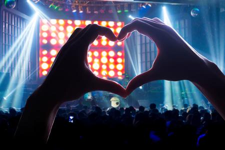 juventud: involucrar a su audiencia con el poder de la m�sica, con un coraz�n en forma de sombra de las manos Foto de archivo