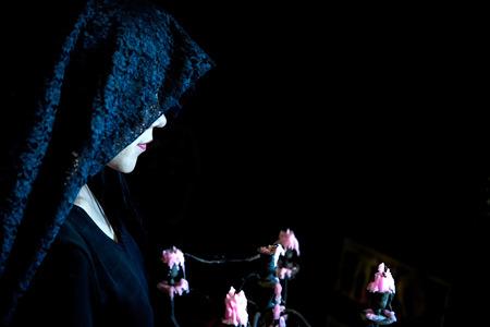 Bella bruja haciendo que la brujería y la linterna de la calabaza gigante. La imagen de Halloween.