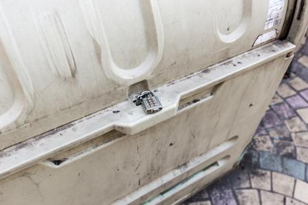 recolector de basura: Candado de la combinaci�n de un cierre de la papelera de reciclaje
