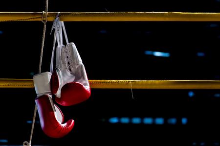 bokshandschoenen hangt af van de boksring in een sloppenwijk kamp Stockfoto